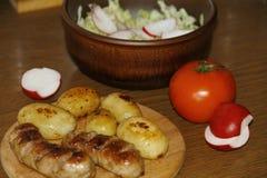 Tjäna som tabellen med nya potatisar Fotografering för Bildbyråer