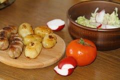 Tjäna som tabellen med nya potatisar Royaltyfria Bilder