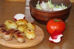 Tjäna som tabellen med nya potatisar Royaltyfria Foton