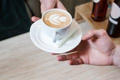 Tjänad som cappuccino för coffee shopmenyrecept klient royaltyfria foton
