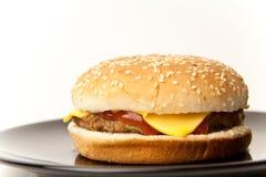 tjänad som cheeseburgerplatta Arkivfoton