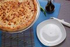 Tjänad som margaritapizza i restaurang royaltyfri foto