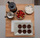 Tjänad som Mini Chocolate nisse med te och jordgubben, bästa sikt royaltyfri fotografi