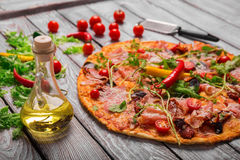 Tjänad som peperonipizza på en suddig bakgrund ny italiensk pizza Pizzamatlagningbegrepp white för nya italienska för norma för k arkivbild