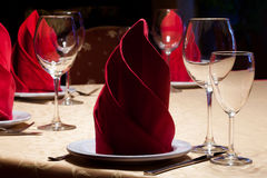 Tjänad som tabell i en restaurang med exponeringsglas och bestick Romantisk inredesign Royaltyfri Foto