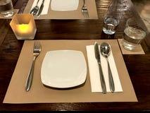 Tjänad som tabell i restaurang med disk och exponeringsglas Royaltyfri Fotografi