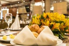 Tjänad som tabell med bröd på elegant händelserum Arkivfoton