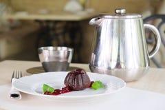 Tjänad som tabell med en muffin, en kaffekruka och en kopp Royaltyfri Bild