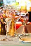 Tjänad som tabelluppladdare Vinexponeringsglas, platta och bestick Arkivfoto