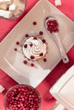 Tjänade som Beautifully tabellen, frukost på vit disk, röda bär, romantiskt datum royaltyfri bild