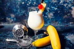 Tjänade som den alkoholiserade nya coctailen för den Pina coladaen förkylning med den kokosnöten Arkivbild