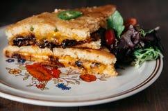 Tjänade som den sydlig stil grillade ostsmörgåsen på en härlig vin Arkivfoton