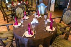 Tjänade som väntande på gäster för tabell Arkivbilder