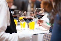 Tjänande som drinkar på ett parti Royaltyfri Foto