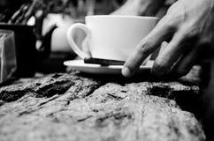 Tj?nande som kopp te/kaffe med kopieringsutrymme f?r kommersiellt bruk eller n?gra formuleringar royaltyfria bilder