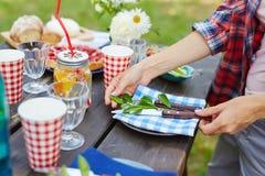 Tjänande som tabell för picknick royaltyfria foton