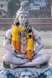 Tjänare dekorerar den stora statyn av hinduiska Lord Shiva Arkivfoto