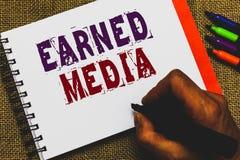 Tjänat massmedia för ordhandstil text Affärsidé för publicitet som vinns till och med befordrings- försök av multimediamanhanden  royaltyfria foton