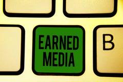 Tjänat massmedia för ordhandstil text Affärsidé för publicitet som vinns till och med befordrings- försök vid tangent för multime royaltyfria foton