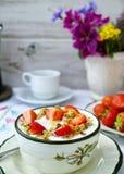 Tjänat som utomhus- för Sunny Sunday morgon frukost i sommarträdgård w royaltyfria foton