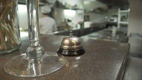 Tjänste- appell för restaurang på tabellen för leverans Hotellklocka för appellmottagande stock video
