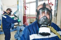 Tjänste- arbetare på den industriella kompressorstationen arkivfoton