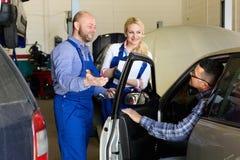 Tjänste- besättning och chaufför nära bilen arkivbild