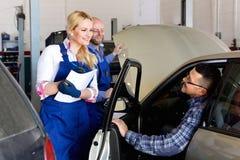 Tjänste- besättning och chaufför nära bilen Royaltyfri Fotografi