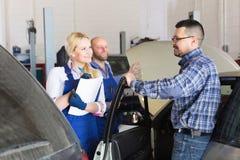 Tjänste- besättning och lycklig chaufför royaltyfri fotografi