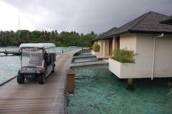 Tjänste- bil för elkraft på timmerpir Maldiverna Arkivfoto
