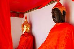 Tjänste- buddha guldstaty Arkivfoton