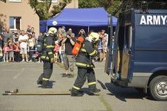 Tjänste- enheter för brand på utbildning för bilkrasch. Arkivfoto