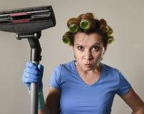 Tjänste- kvinna för hembiträde eller rubbninghemmafru i hårrullar som gör ren G Royaltyfria Foton