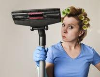 Tjänste- kvinna för hembiträde eller rubbninghemmafru i hårrullar som gör ren G Royaltyfri Fotografi