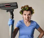 Tjänste- kvinna för hembiträde eller rubbninghemmafru i hårrullar som gör ren G Royaltyfri Bild