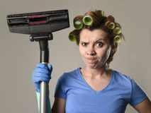 Tjänste- kvinna för hembiträde eller rubbninghemmafru i hårrullar som gör ren G Royaltyfri Foto