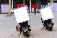 Tjänste- leverans för Mopeds som parkeras på vägrenen, bakre sikt Royaltyfria Bilder