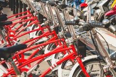 Tjänste- medel cyklar Vodafone Bicing, en cykel som delar system Royaltyfria Bilder
