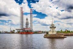 Tjänste- och arktisk borrplattform för avståndstrafik i Kronstadt, Ryssland Royaltyfri Foto