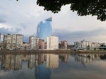 Tjänste- offentliga Fédéral finansierar den Liege sikten från Meuse River Arkivfoto