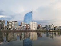 Tjänste- offentliga Fédéral finansierar Liege den klara sikten från Meuse River Royaltyfria Bilder