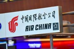 Tjänste- räknare för Air China passagerare på den Changi flygplatsen Arkivfoto