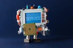 Tjänste- reparera begrepp Faktotum för leksaktvrobot med CPU-mikrochipens och ljus kula i händer varningsmeddelande på blått Royaltyfria Foton