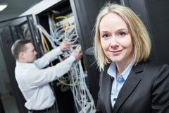 Tjänste- tekniker för nätverk i serverrum royaltyfria foton