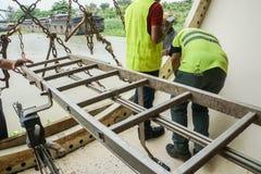 Tjänste- teknikerer utför deras arbetsuppgift att kontrollera de inre delarna av turbintornet royaltyfri bild