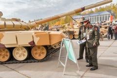 Tjänstemän av den utländska arméstudiebehållaren T-72 Ryssland Royaltyfri Bild