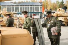 Tjänstemän av den utländska arméstudiebehållaren T-72 Ryssland Arkivbild