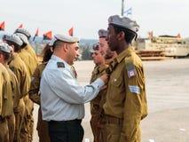Tjänstemän av IDFEN belönar soldaten med gradbeteckningen på bildandet i stupad minnes- monument för teknikkår i Mishmar Royaltyfria Foton