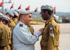 Tjänstemän av IDFEN belönar soldaten med gradbeteckningen på bildandet i stupad minnes- monument för teknikkår i Mishmar Royaltyfri Fotografi
