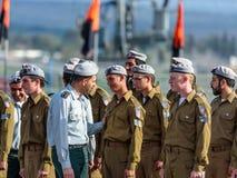 Tjänstemän av IDFEN talar med en soldat under bildandet i stupad minnes- monument för teknikkår i Mishmar David, Israe Royaltyfri Fotografi